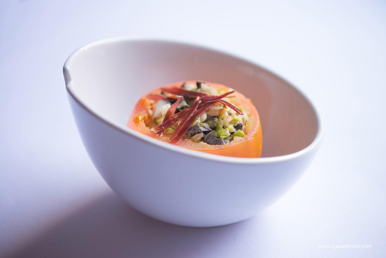 Tomates rellenos de ensalada de pato
