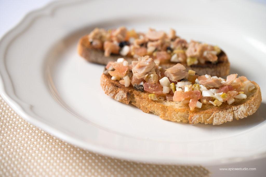 Presentación tosta de tartar de tomate y bonito del norte
