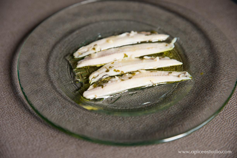 Presentación de anchoas en aceite en plato