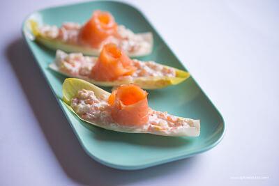Sugerencia de presentación de endivias rellenas de salmón ahumado.