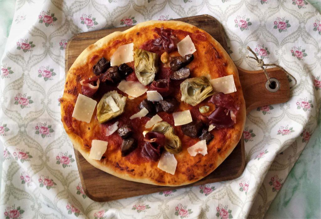 Vista de pizza de alcachofas y boletus