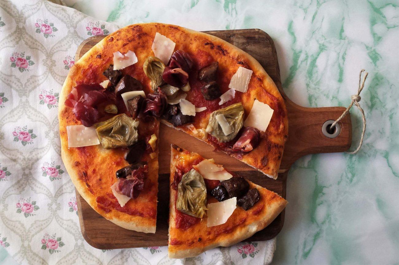 Pizza de masa casera fácil con alcachofas y boletus
