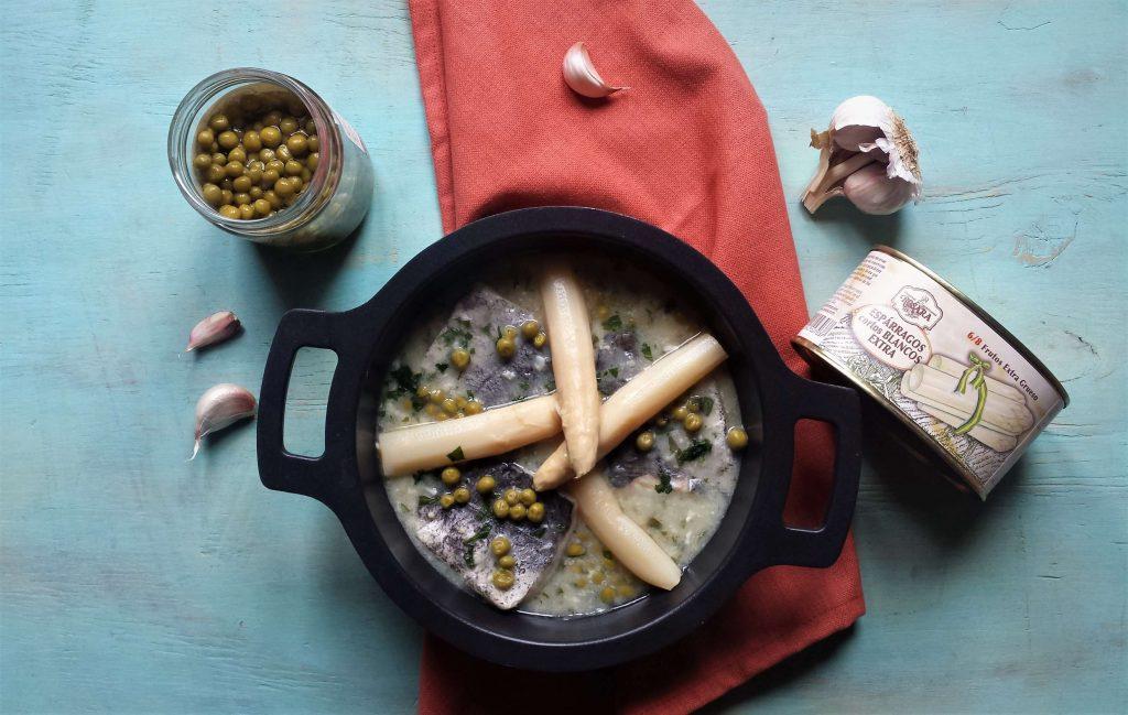 Cazuela de merluza en salsa verde e ingredientes