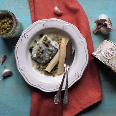 Emplatado de merluza en salsa verde con ingredientes