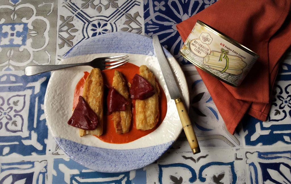 Presentación de espárragos fritos con salsa de piquillo
