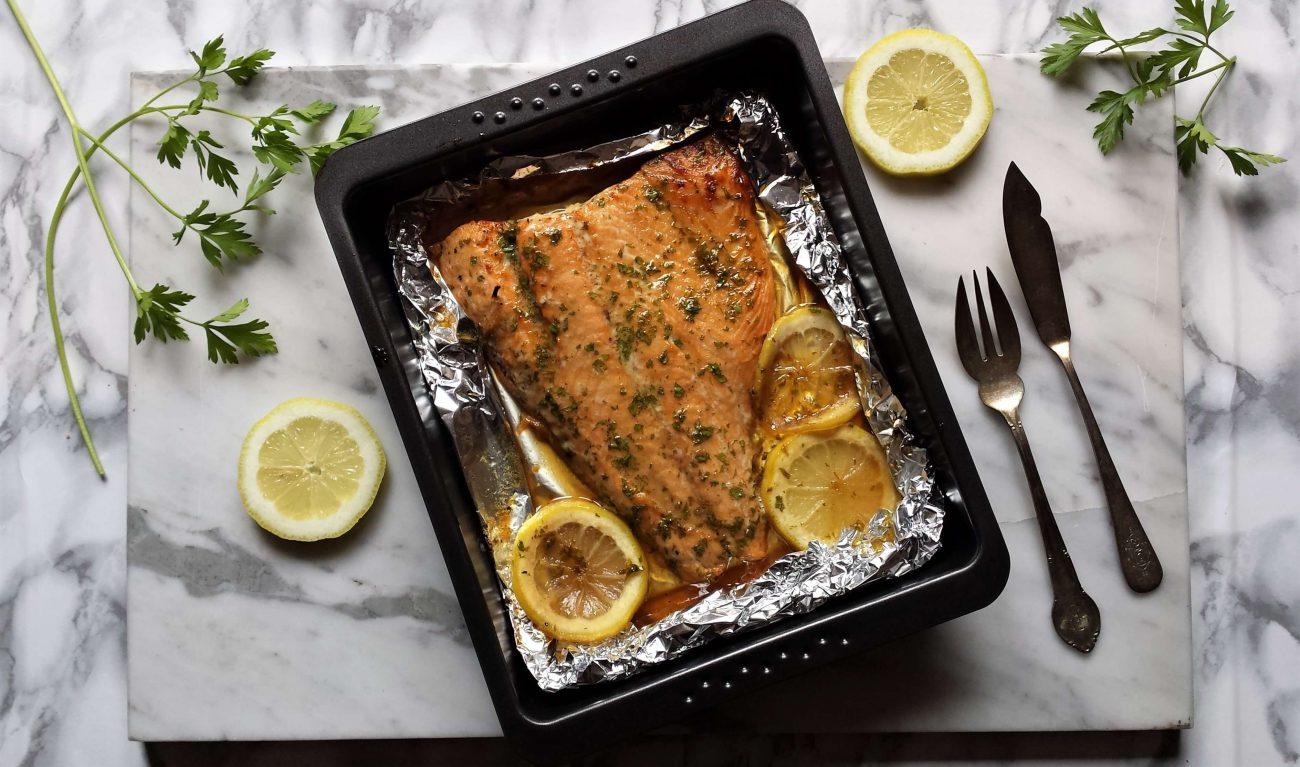 Salmón al horno con mantequilla y limón