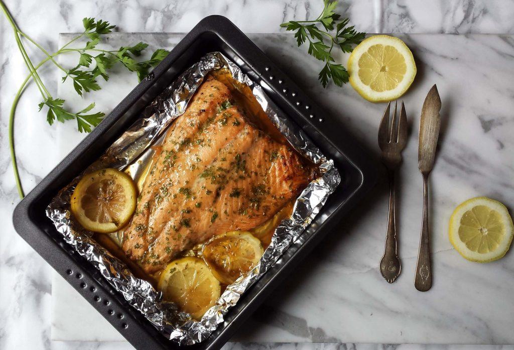 Bandeja con salmón al horno y mantequilla 4