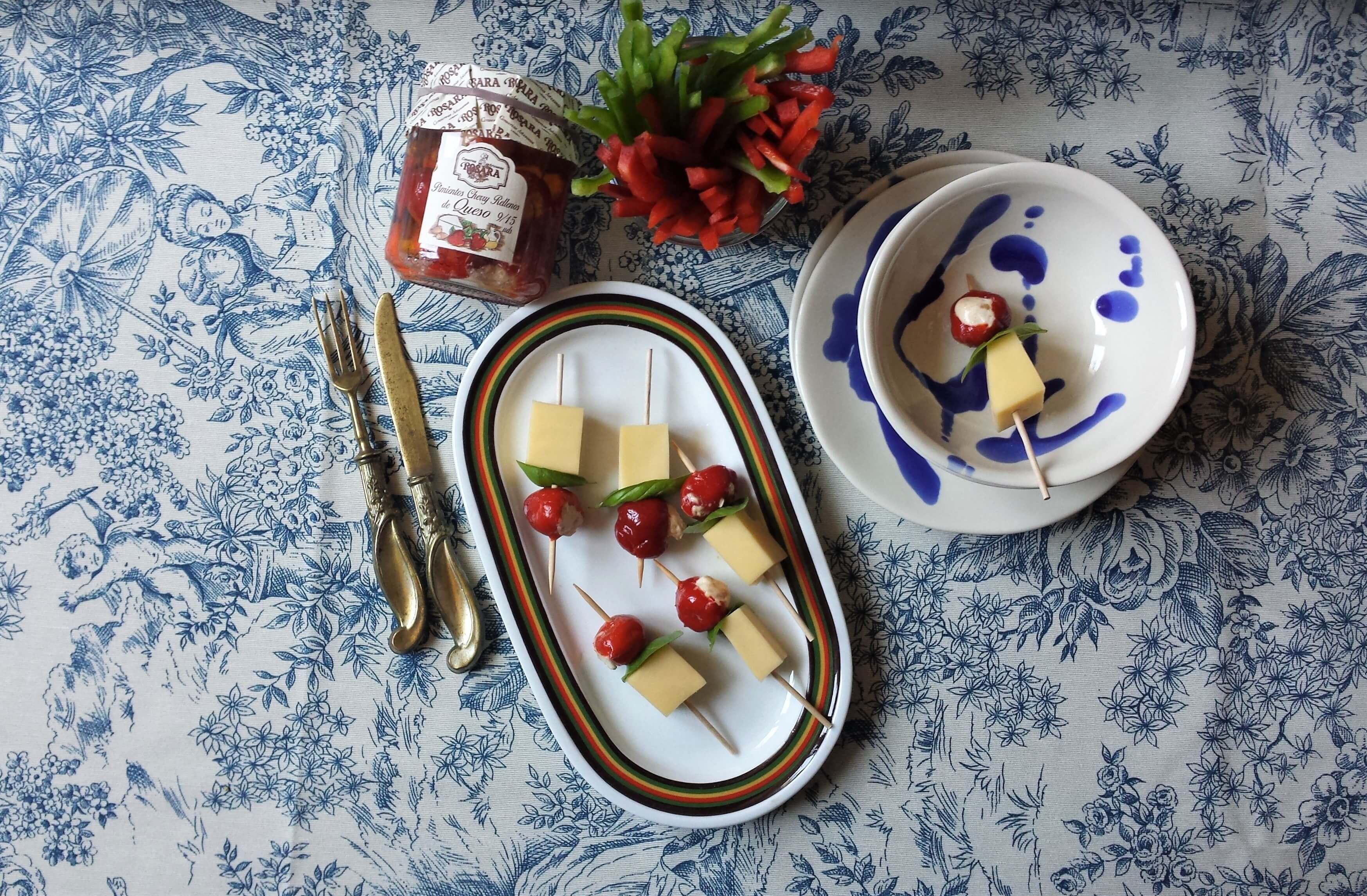 Brochetas de cherry con queso y albahaca