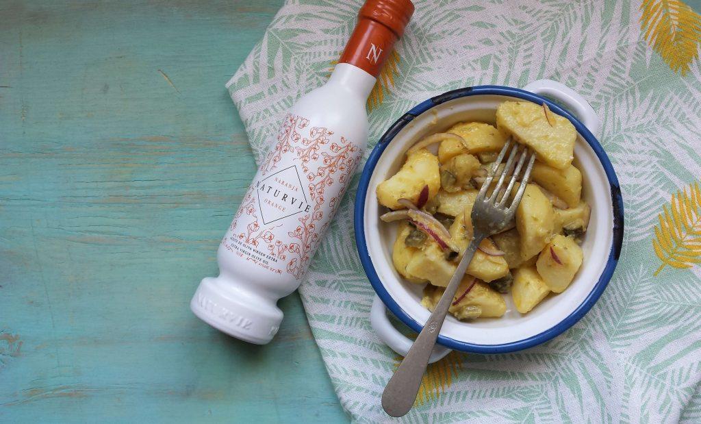 Ensalada de patata y botella aceite Naturvie