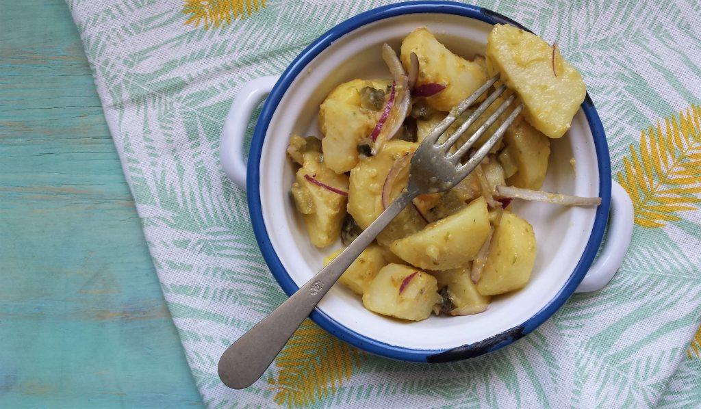 Plato ensalada patata saludable y tenedor 015