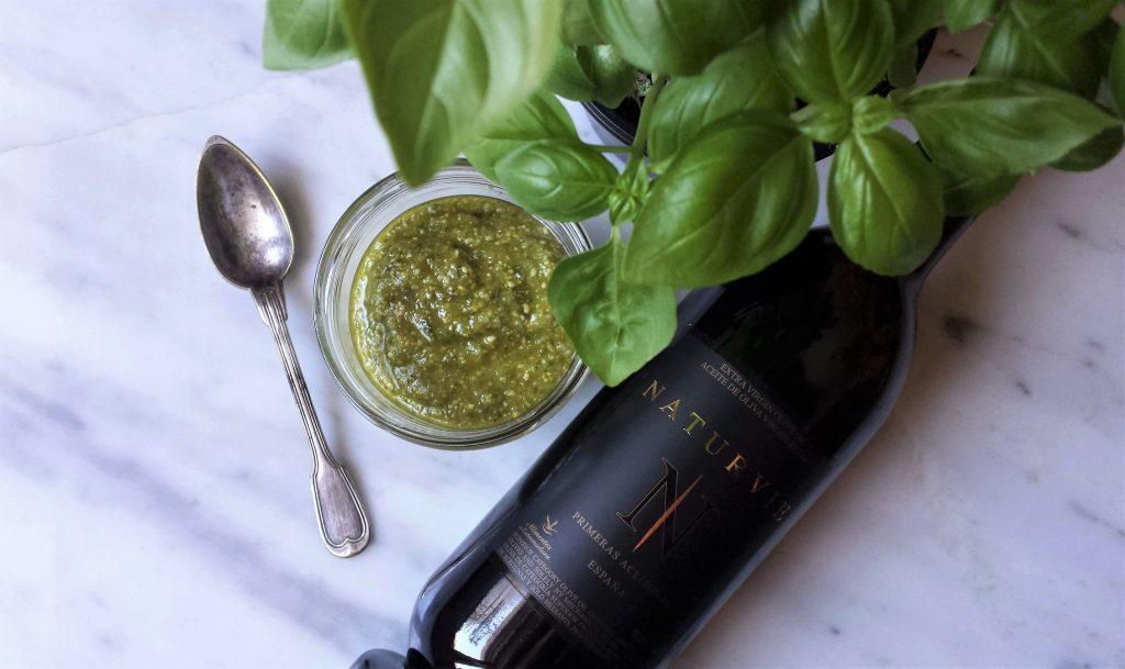 Salsa de pesto casero con anacardos y aceite