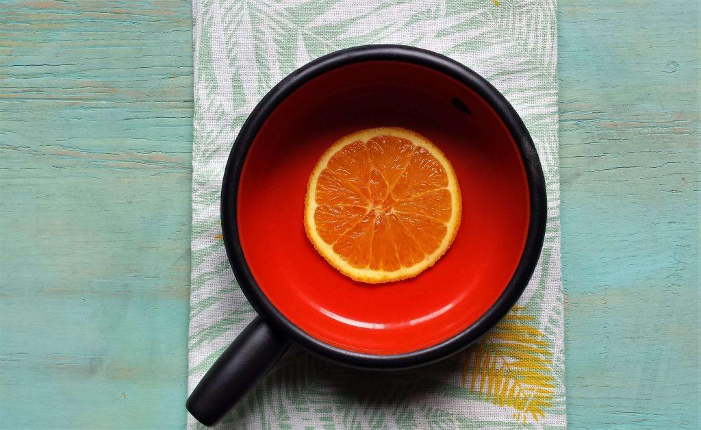 Plato con rodaja de naranja