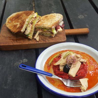 Vista de ensalada de bonito con pimientos y bocadillo