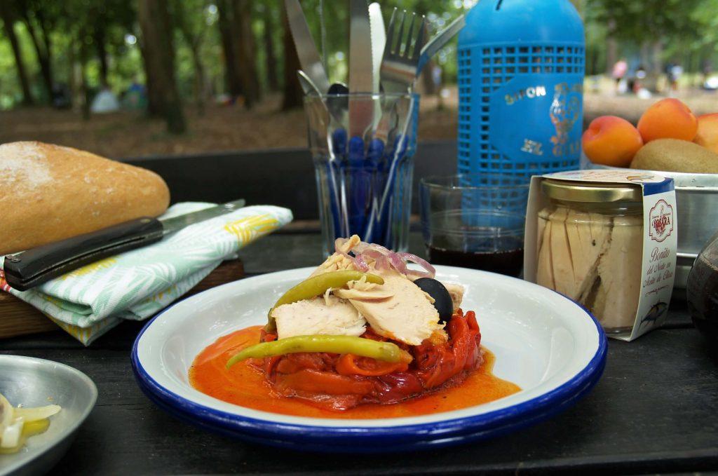 Primer plano de la ensalada de bonito con pimientos