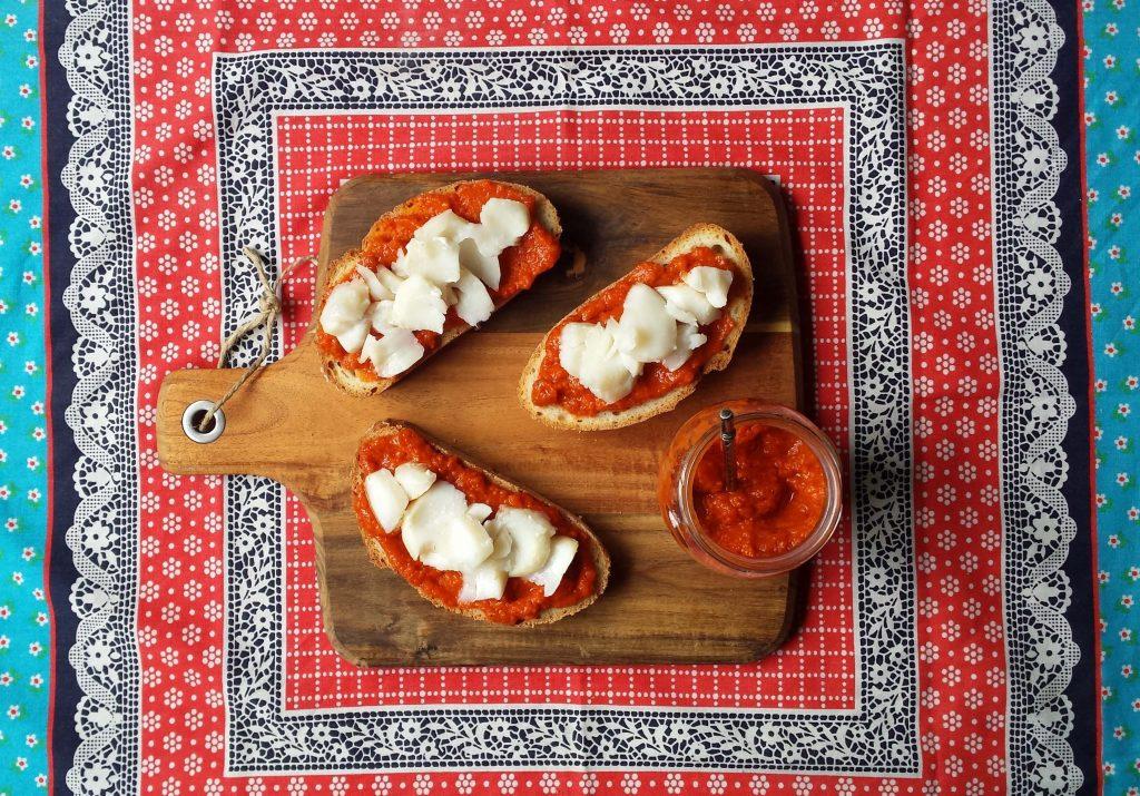 Tostas de bacalao y salsa de pimiento del piquillo
