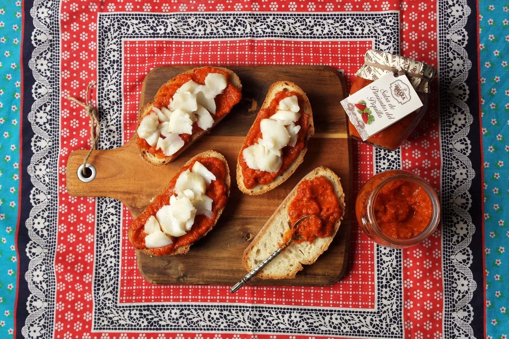 ingredientes de la tosta de bacalao y salsa de piquillo