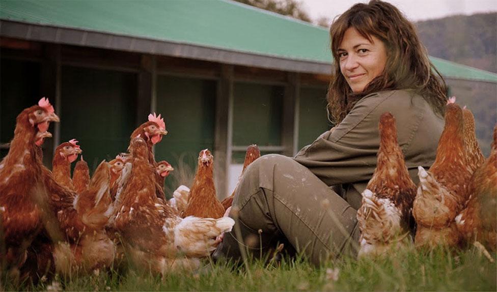 Ainhoa rodeada de gallinas felices