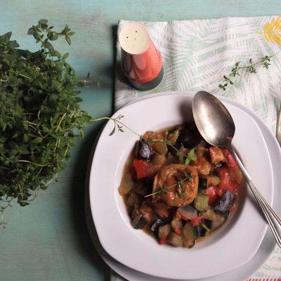 Vista de plato alcachofas y ratatouille