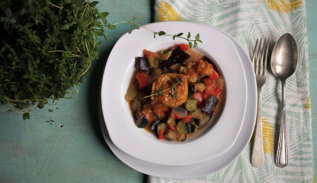 plato de alcachofas rellenas con ratatouille