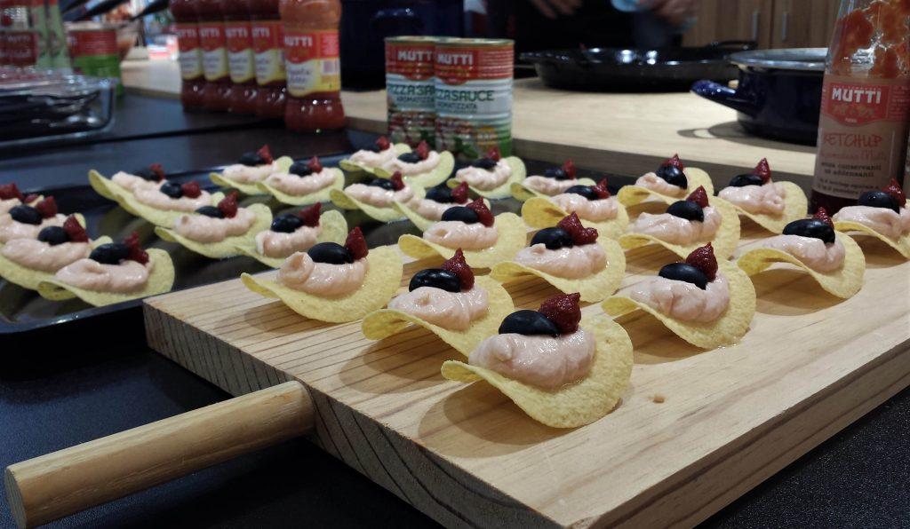 Presentación de chips de mascarpone y tomate