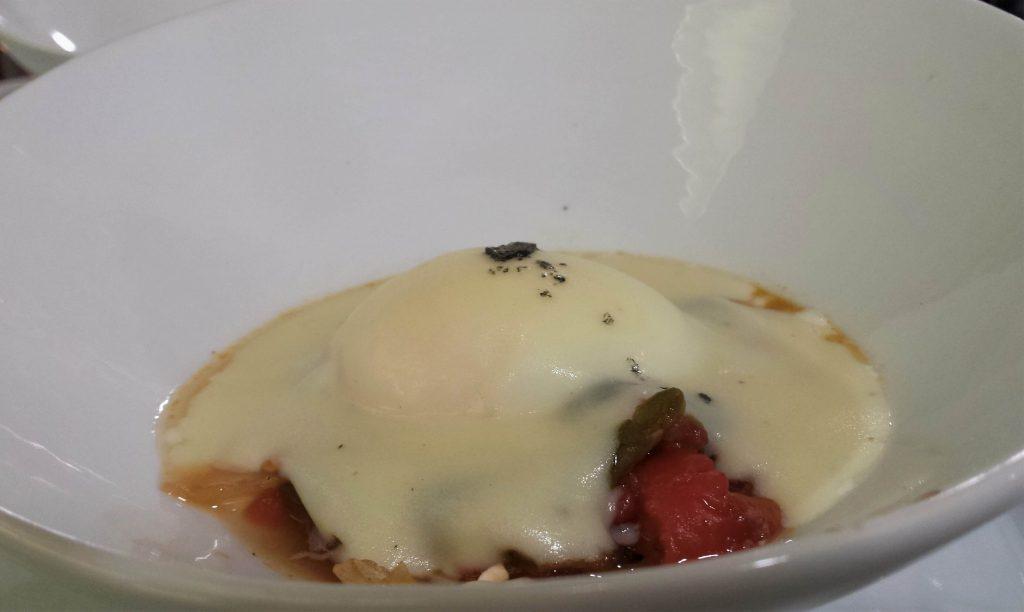 Huevo poché de caserío con verduras