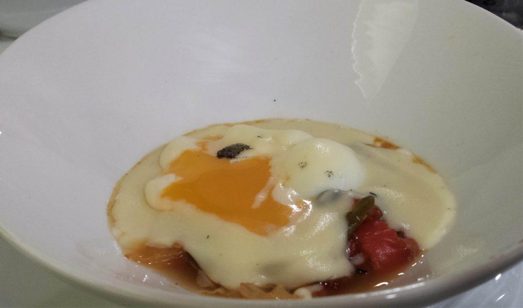Huevo poché abierto con verduras