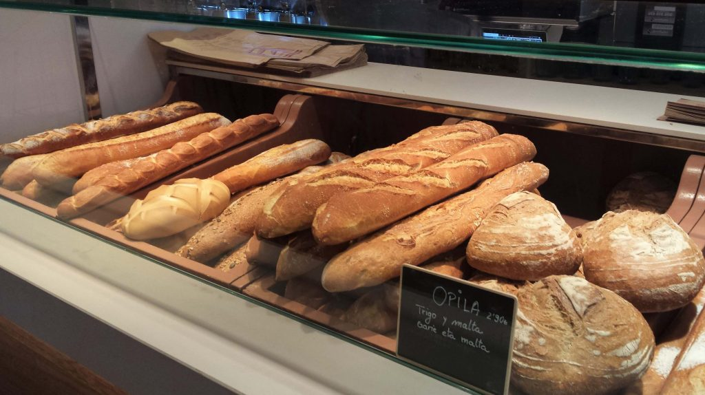 Surtido de panes en Bizkarra