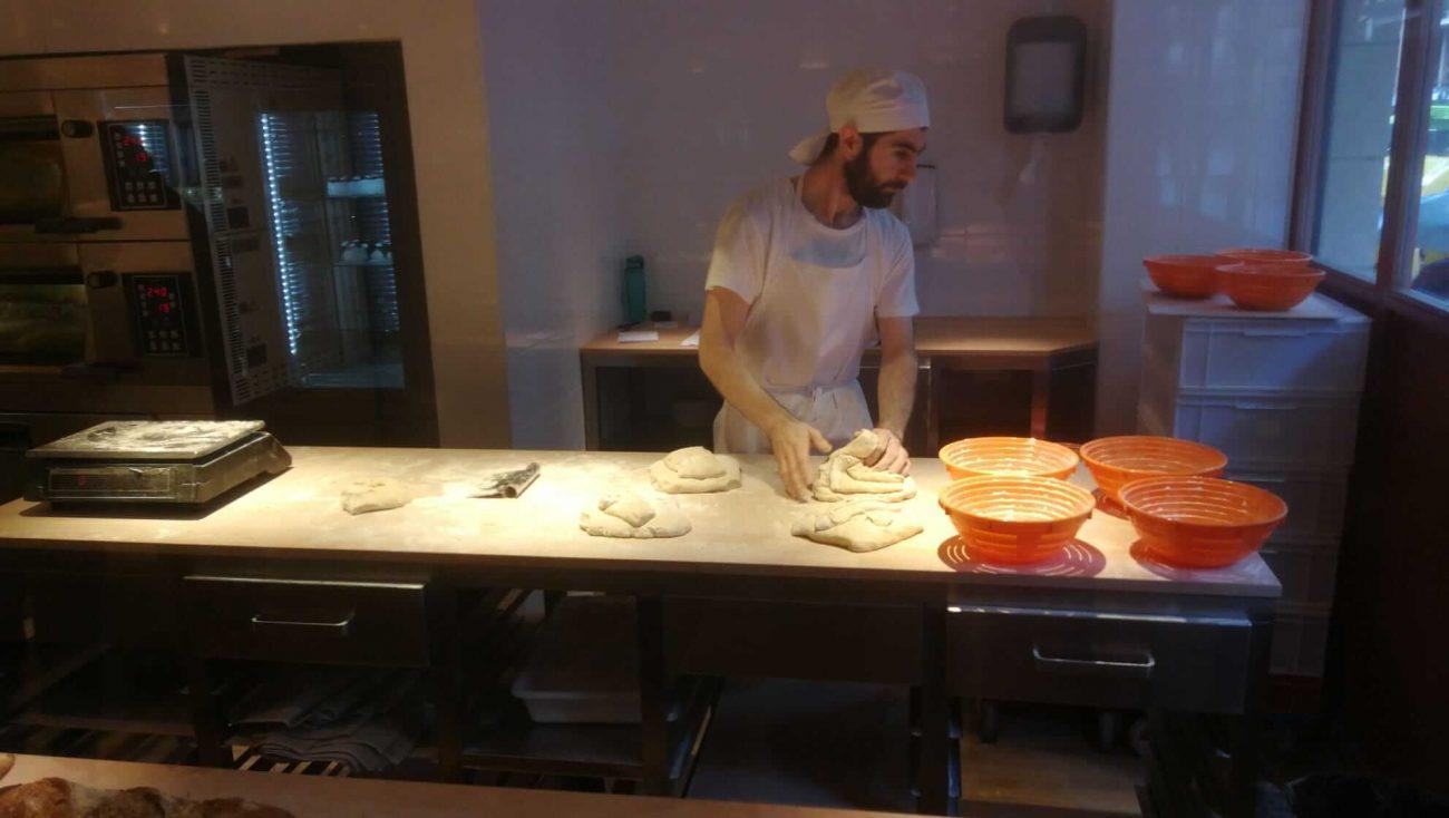 Panadero amasando en Bizkarra