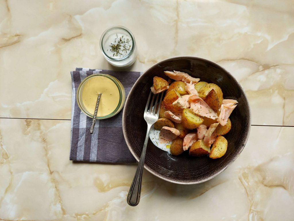 Plato patatas con salmón, salsas y tenedor