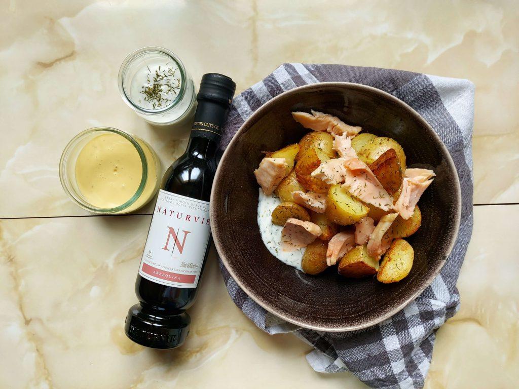 Plato de patatas y salmón con botella