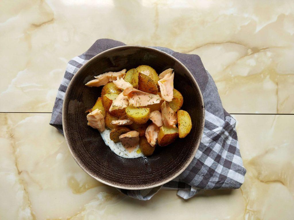 cuenco de patatas con salmón
