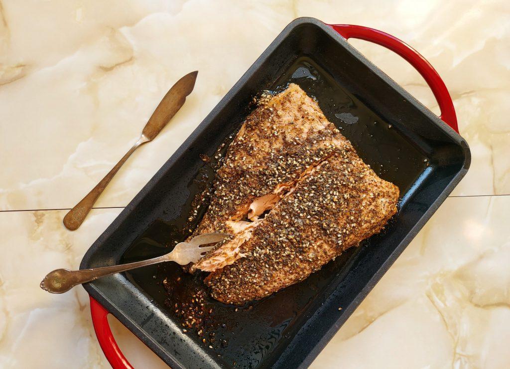 lomos de salmón zatar con cubiertos