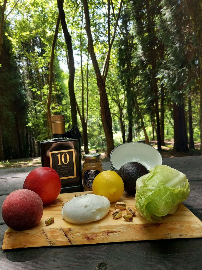 Ingredientes para la ensalada de aguacates y albaricoques